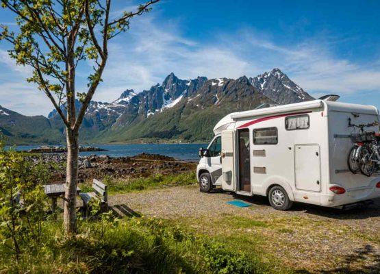 Panneaux solaires de camping-car bien nettoyés, vacances assurées
